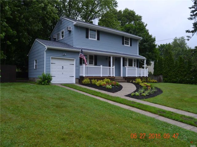 5 BR,  2.00 BTH Colonial style home in Coram