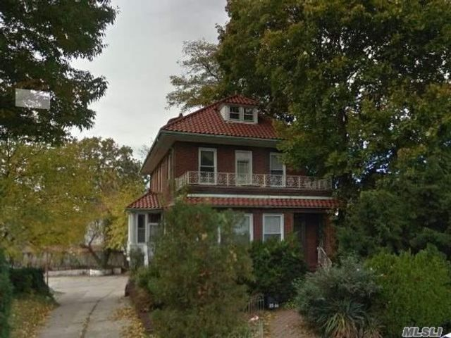 5 BR,  4.50 BTH 2 story style home in Flushing