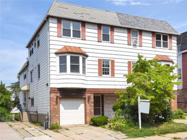 7 BR,  4.50 BTH  Townhouse style home in Bayside