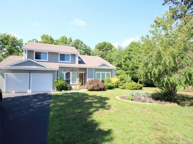5 BR,  4.00 BTH  Post modern style home in Commack