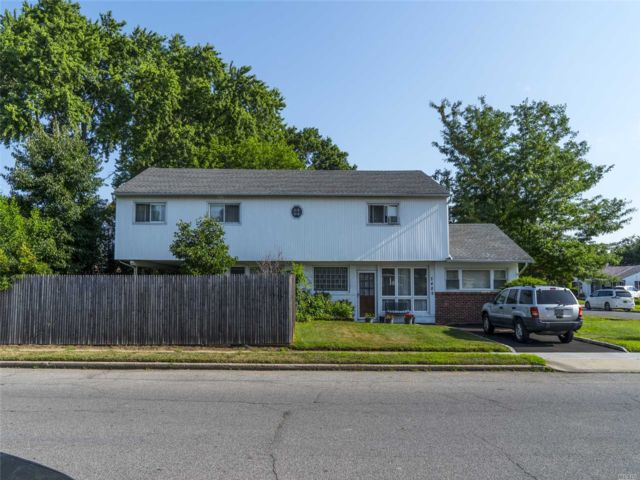 5 BR,  2.00 BTH Colonial style home in East Meadow