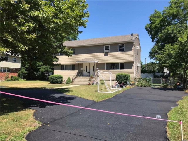 4 BR,  2.50 BTH Duplex style home in East Islip