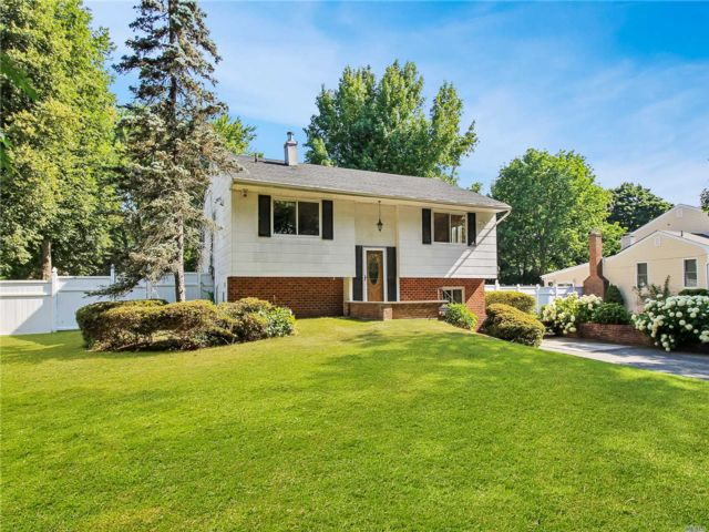 4 BR,  2.00 BTH Hi ranch style home in Dix Hills