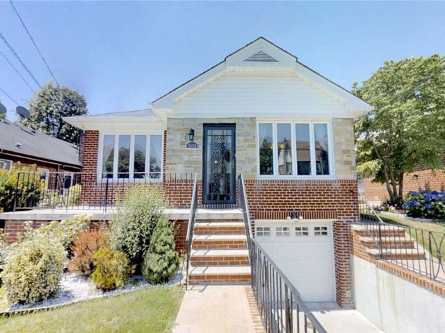 3 BR,  2.50 BTH Raised ranch style home in Flushing