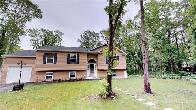 3 BR,  2.00 BTH Hi ranch style home in Shirley