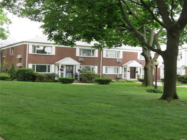 2 BR,  1.50 BTH Co-op style home in Bayside