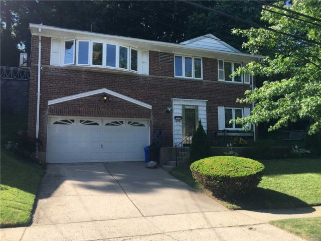 4 BR,  3.50 BTH  Colonial style home in Queens Village