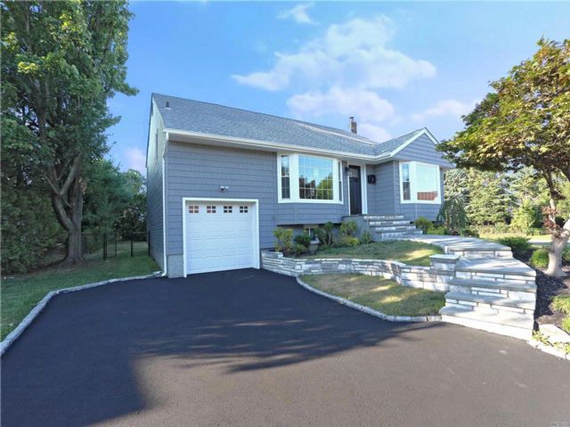 5 BR,  3.00 BTH Split style home in Jericho