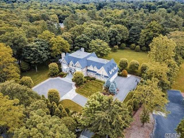 7 BR,  8.55 BTH  Colonial style home in Muttontown
