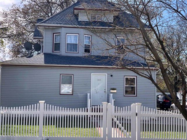 5 BR,  2.00 BTH 2 story style home in Freeport