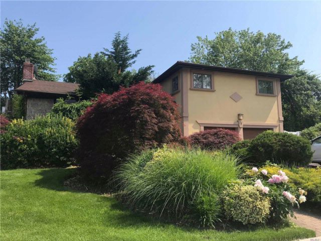 6 BR,  4.00 BTH Split style home in Jericho