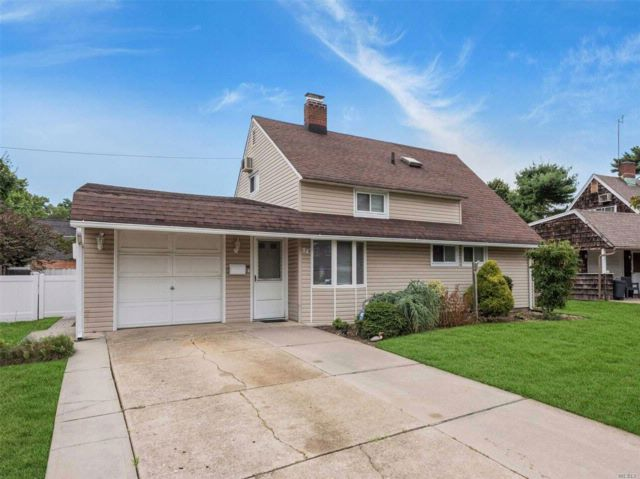 4 BR,  2.00 BTH  Exp ranch style home in Wantagh