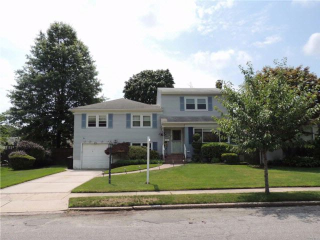 4 BR,  3.50 BTH  Split style home in Wantagh