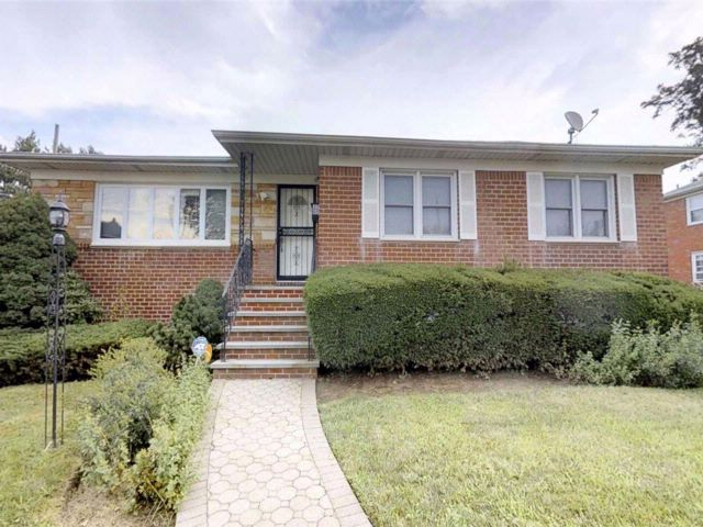 3 BR,  3.00 BTH Hi ranch style home in Flushing