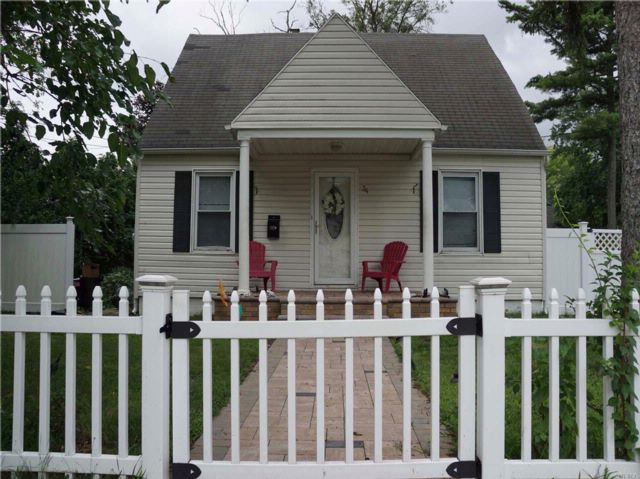 3 BR,  3.00 BTH  Cape style home in West Hempstead
