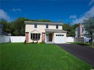 4 BR,  2.50 BTH Colonial style home in Holbrook