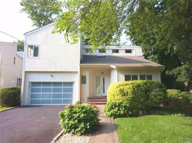 4 BR,  2.50 BTH  Contemporary style home in Great Neck