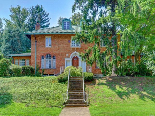 6 BR,  6.00 BTH Colonial style home in Great Neck