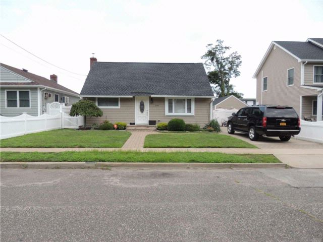4 BR,  2.00 BTH Exp cape style home in Wantagh