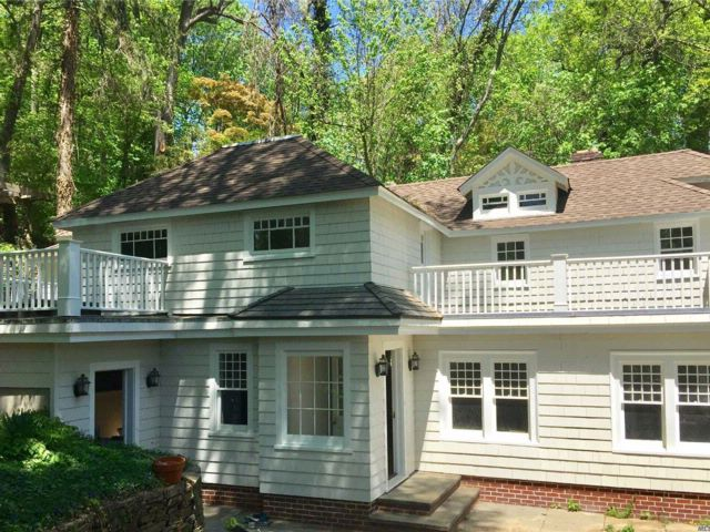 4 BR,  2.50 BTH Colonial style home in Roslyn
