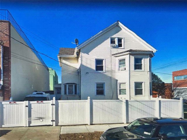 5 BR,  4.00 BTH 2 story style home in College Point