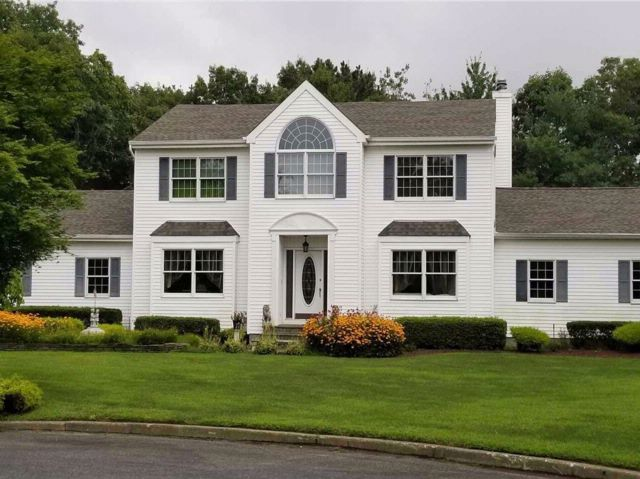 4 BR,  3.50 BTH Colonial style home in Mt. Sinai