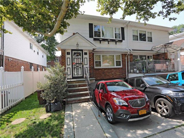 6 BR,  4.50 BTH  2 story style home in Flushing
