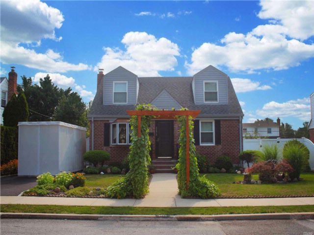 4 BR,  3.00 BTH  Exp cape style home in East Meadow