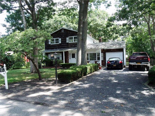 4 BR,  2.00 BTH  Colonial style home in Ronkonkoma