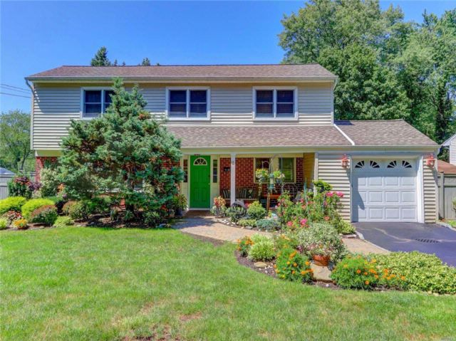 4 BR,  2.00 BTH Colonial style home in Huntington