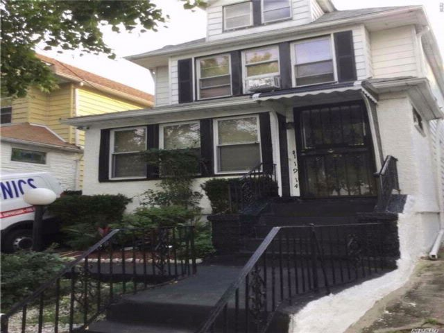 3 BR,  2.50 BTH Colonial style home in Jamaica