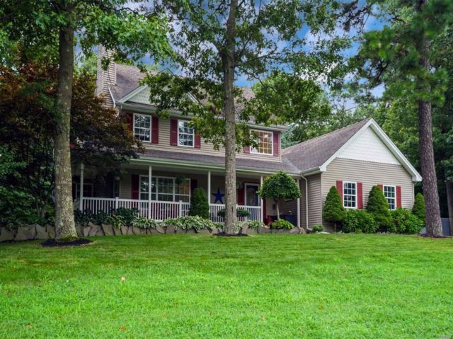 3 BR,  2.50 BTH Colonial style home in Middle Island