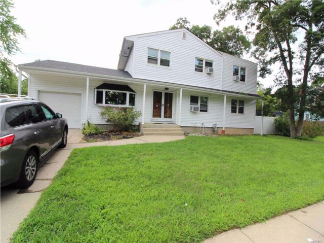 5 BR,  2.55 BTH  Colonial style home in Bay Shore