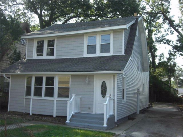 6 BR,  3.00 BTH  Colonial style home in Roosevelt
