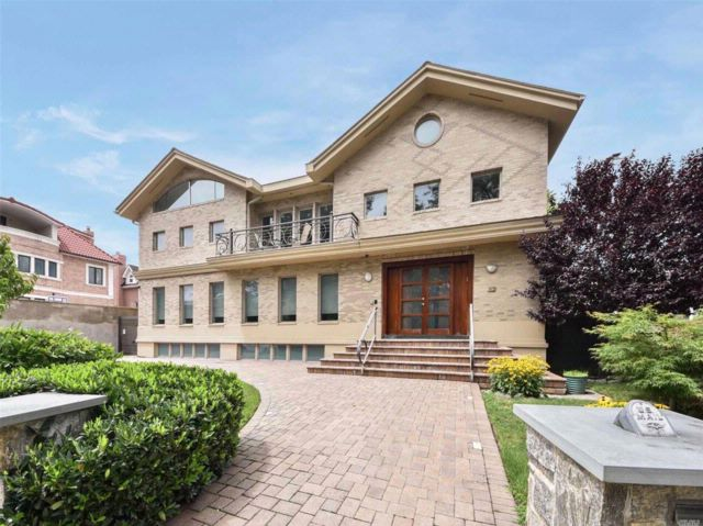 5 BR,  4.50 BTH  Colonial style home in Jamaica Estates