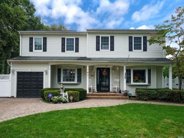 5 BR,  2.50 BTH  Colonial style home in Port Jefferson Station
