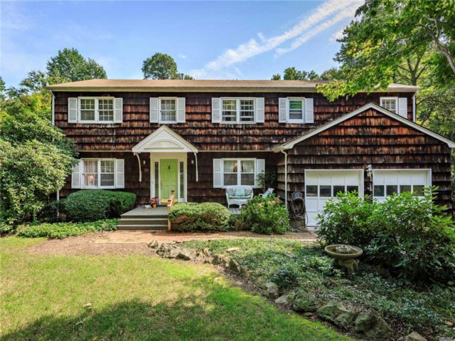 6 BR,  3.50 BTH Colonial style home in Northport