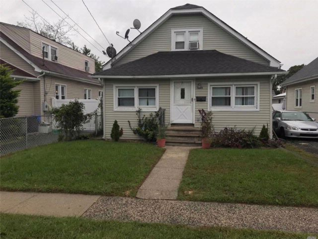4 BR,  3.00 BTH  Bungalow style home in Rockville Centre