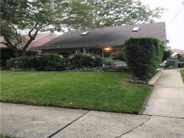 4 BR,  1.50 BTH Cape style home in Bayside