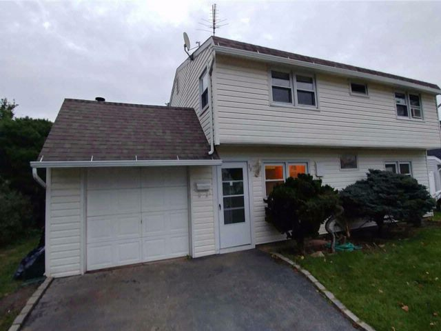 5 BR,  2.00 BTH Colonial style home in Westbury