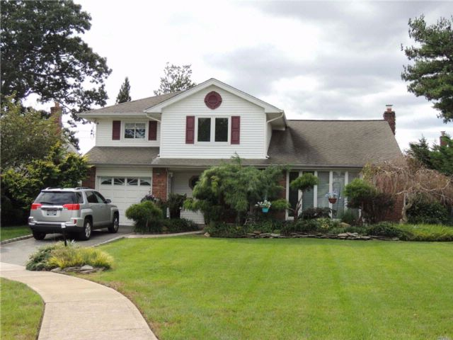 4 BR,  2.50 BTH  Split style home in Wantagh