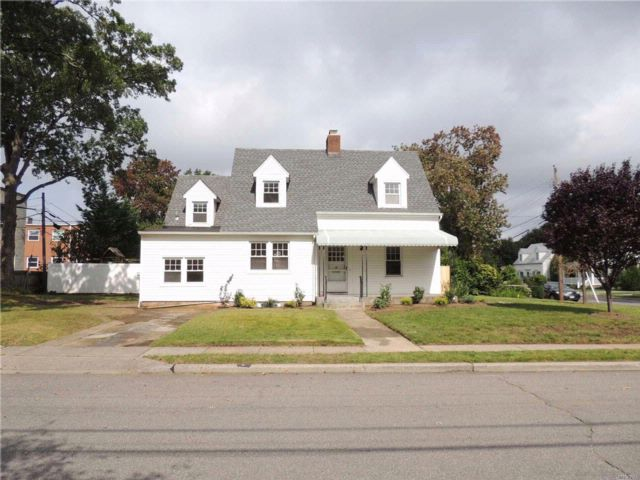 3 BR,  2.50 BTH Colonial style home in North Merrick