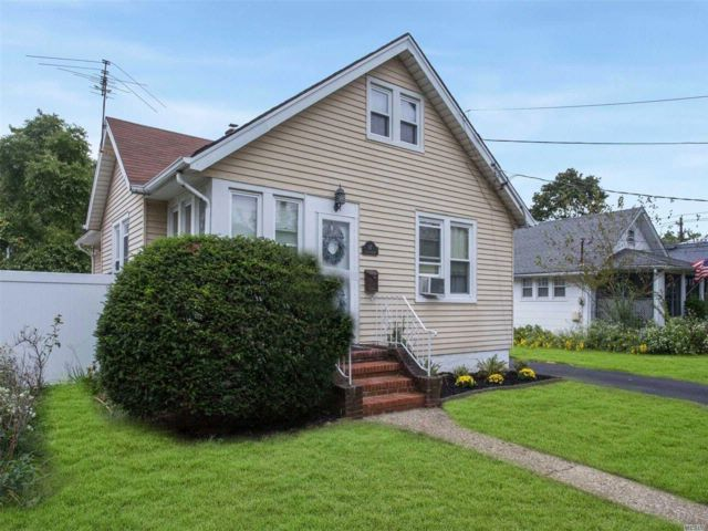 3 BR,  1.50 BTH  Ranch style home in Lynbrook