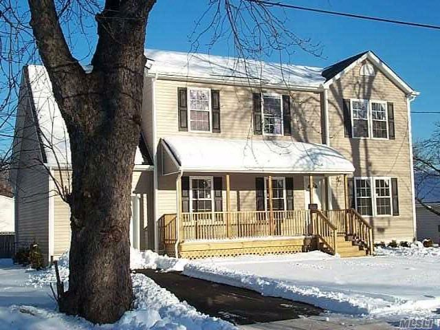 6 BR,  3.00 BTH Colonial style home in Freeport