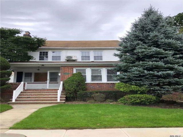 5 BR,  2.50 BTH Colonial style home in Hewlett