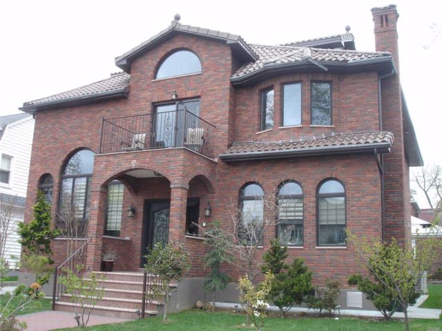 5 BR,  5.50 BTH Contemporary style home in Flushing