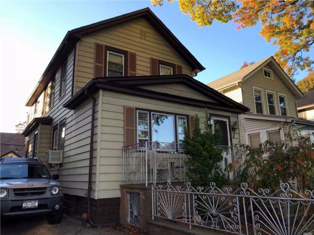 5 BR,  2.50 BTH 2 story style home in Flushing