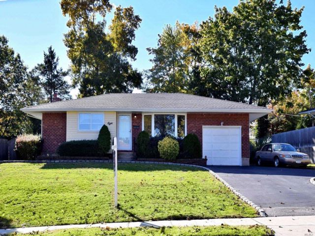 4 BR,  1.00 BTH  Ranch style home in Commack