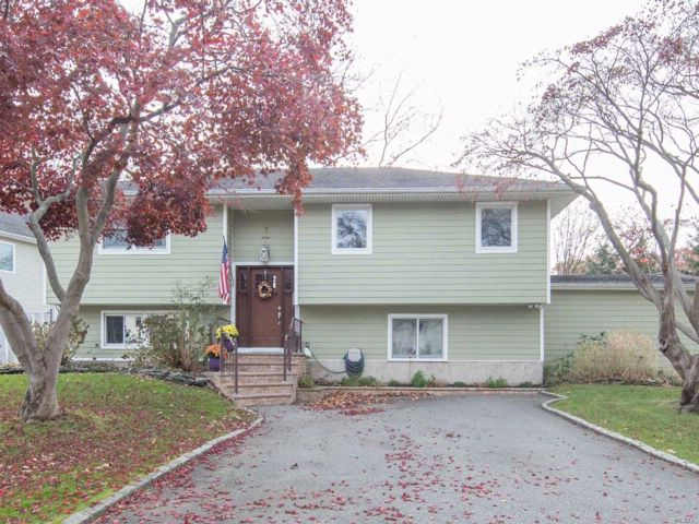 4 BR,  3.00 BTH  Hi ranch style home in Old Bethpage