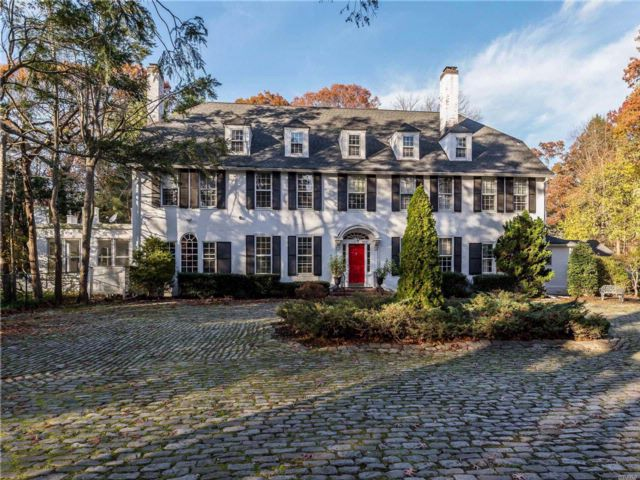 6 BR,  5.55 BTH  Colonial style home in Muttontown